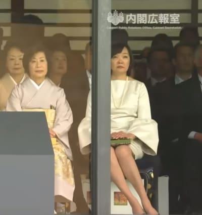 昭恵夫人、ミニスカファッションを即位の礼で披露し膝を出して